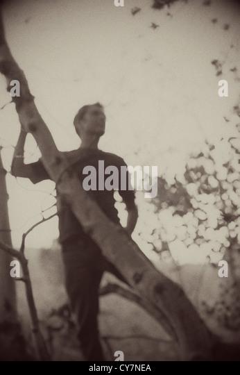 Verschwommene Sepia getönten Silhouette eines Mannes in den Wald. Stockbild