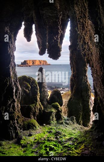 Larrybane Tropfsteinhöhle, Küste von Antrim. Nordirland. Stockbild