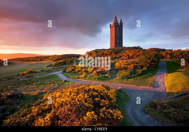 Scrabo Turm in der Abenddämmerung, Newtownards - Nordirland. Stockbild
