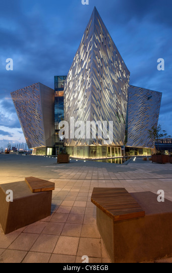 Nacht Schuss des Besucherzentrums Titanic Belfast, Nordirland. Stockbild