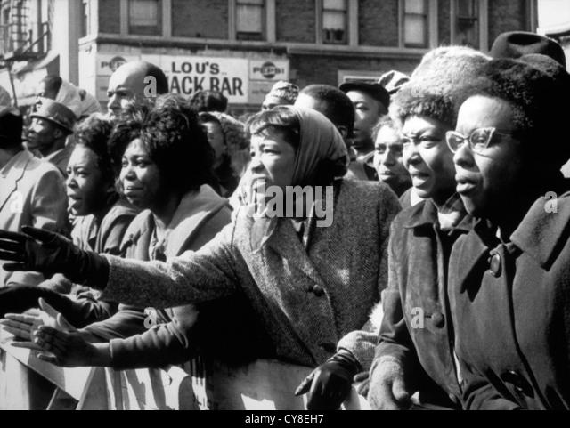 Verärgert afro-amerikanische Frauen winken Abschied von getöteten Führer, Malcolm X, im Glauben Tempel, Stockbild