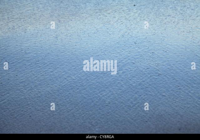 Regentropfen schlagen Wasserfläche, full-frame Stockbild