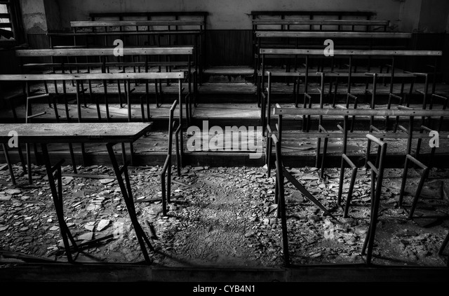 Italien. Zerstörten Klassenzimmer in verlassenen Schule Stockbild