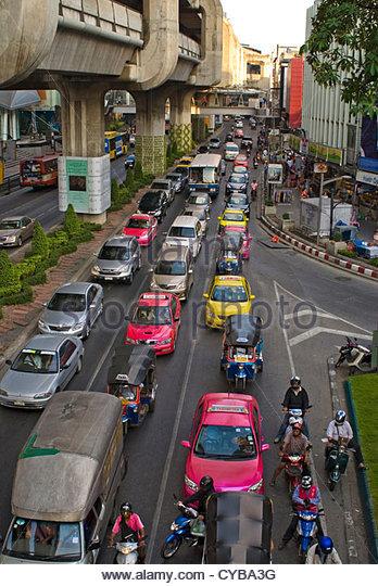 Straßenbild mit Stau in der Innenstadt von Bangkok, Thailand Stockbild