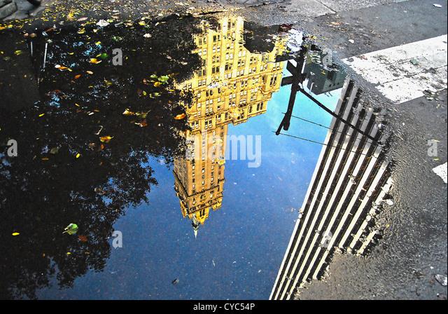 Spiegelung im Wasser auf Fifth Avenue, Manhattan, New York City. Stockbild