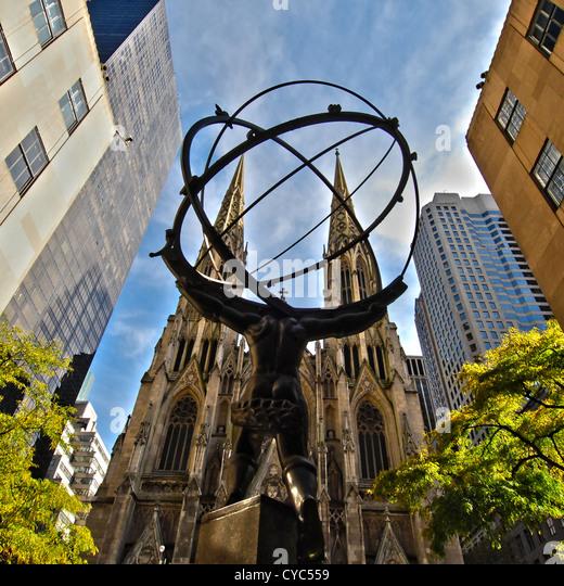 Bild der Atlas-Statue mit St. Patricks Kathedrale im Hintergrund, Manhattan, New York City. Stockbild