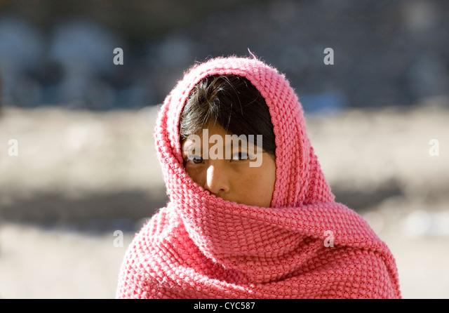 Junge einheimische Frau von Zumbahua in der Provinz Cotopaxi in Ecuador Stockbild