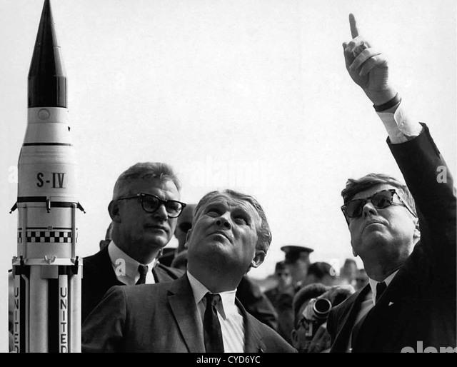Präsident John F. Kennedy, richtig, bekommt eine Erklärung für die Saturn-V-Start-System von Dr. Stockbild