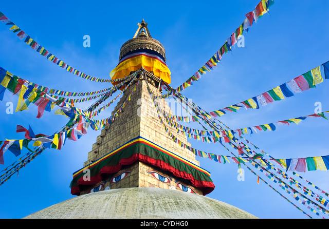 Buddhistischen Schrein Boudhanath Stupa mit beten Fahnen über blauen Himmel. Nepal, Kathmandu Stockbild