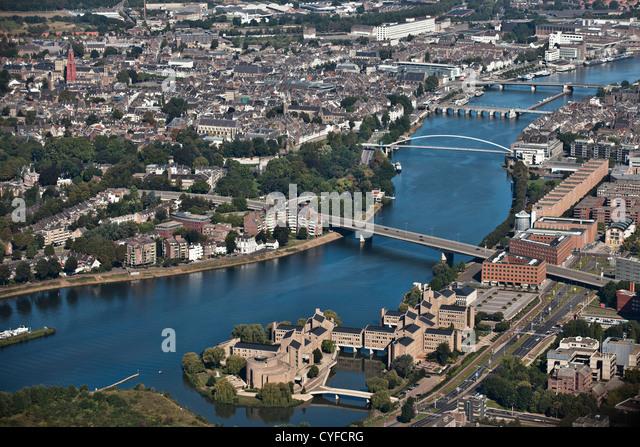 Die Niederlande, Maastricht, Antenne Stadtzentrum und den Fluss Maas oder Meuse. Stockbild