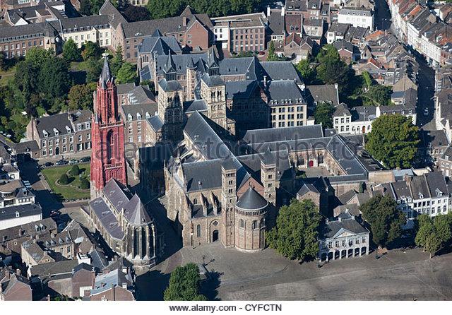 Kirche St. Servatius Basilica, die älteste Kirche des Landes genannt. Kirche ausgetreten mit roter Turm genannt Stockbild