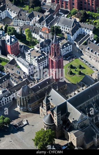 Die Niederlande, Maastricht, Kirche namens St. Servatius Basilica, Kirche links mit roter Turm genannt St. Jans. Stockbild