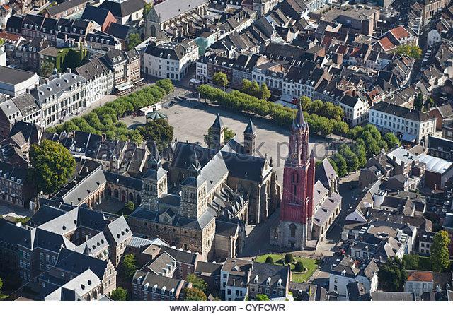 Die Niederlande, Maastricht, Kirche namens St. Servatius Basilica, Kirche rechts mit roter Turm genannt St. Jans. Stockbild
