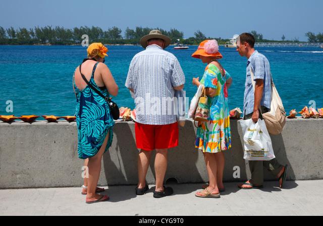 Touristen sind Muscheln kaufen. Stockbild