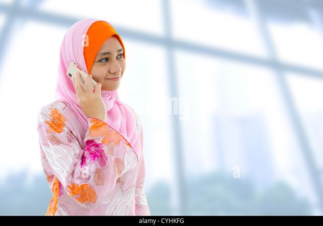 Muslimische Business-Frau am Telefon, Blick auf Seite. Stockbild