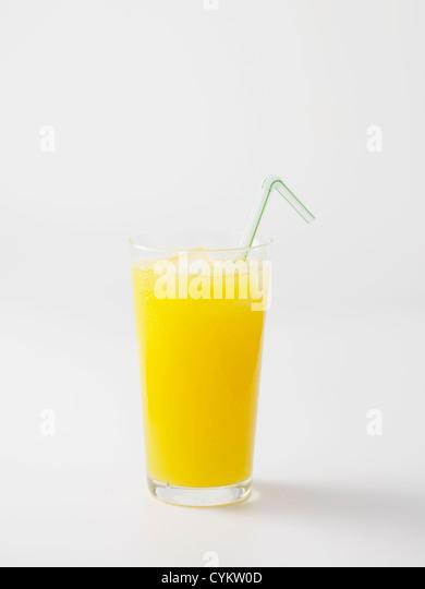 Stroh in Glas Orangensaft Stockbild