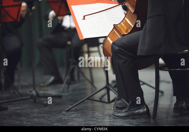 Violoncello Musiker beim Konzert Stockbild