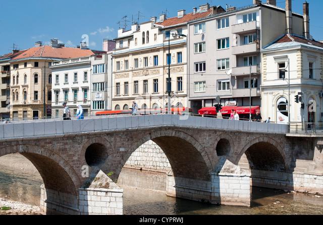 Die Latin Bridge, eine historische osmanische Brücke über den Fluss Miljacka in Sarajevo, Stockbild