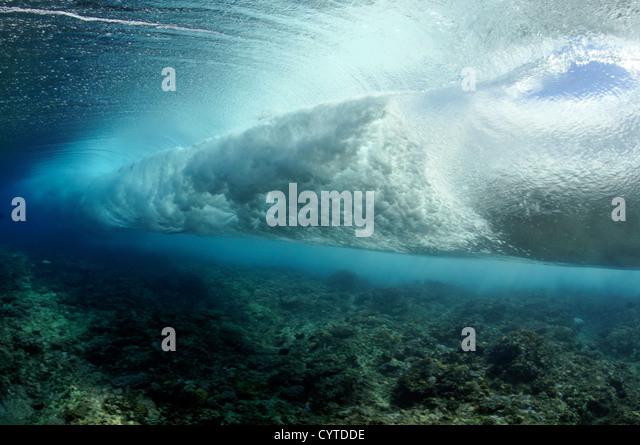 Welle bricht am Riff, gesehen von unterhalb der Oberfläche Palikir Pass, Pohnpei, Föderierte Staaten von Stockbild