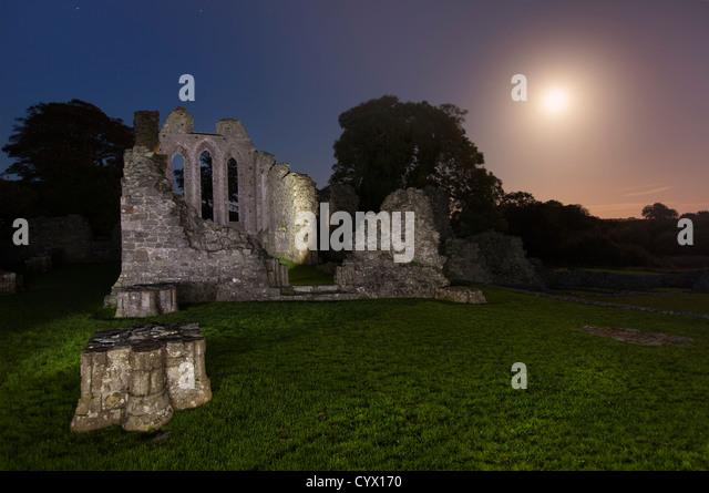 Nachtaufnahme von Zoll Abbey im County Down, nördlichen Mondschein. Irland Stockbild