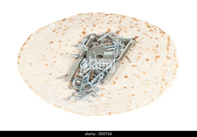 Shawarma gefüllt mit Schrauben und Nägeln auf einem weißen Hintergrund. Ungesunde Lebensmittel Konzept. Stockbild