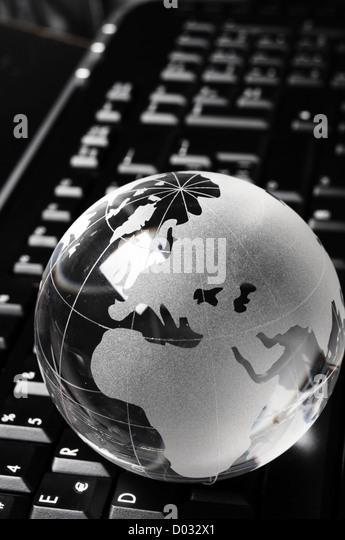 Globus und Tastatur zeigt globale Kommunikation oder Internet-Konzept Stockbild