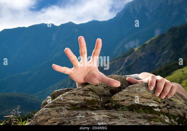 Hand für Hilfe am Berg Stockbild