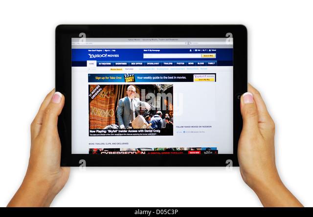 iPad-Bildschirm zeigt Yahoo Film-Website - Online-Film-Informationen Stockbild