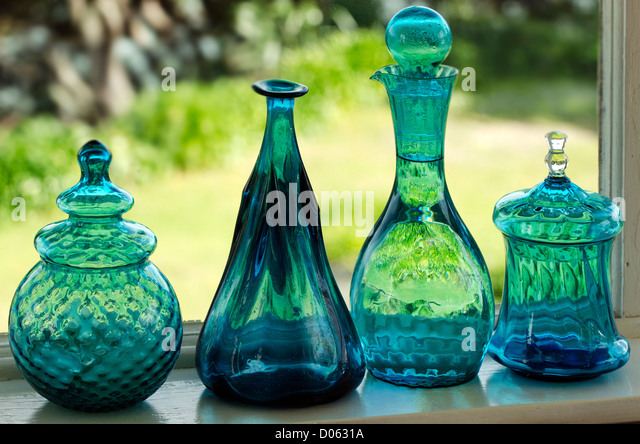 Einzigartige grüne Gläser am Küchenfenster. Stockbild