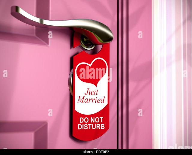 gerade geheiratet schriftlich auf eine rote Türhänger, an einem Metallgriff einer rosa Schlafzimmer Tür, - Stock-Bilder