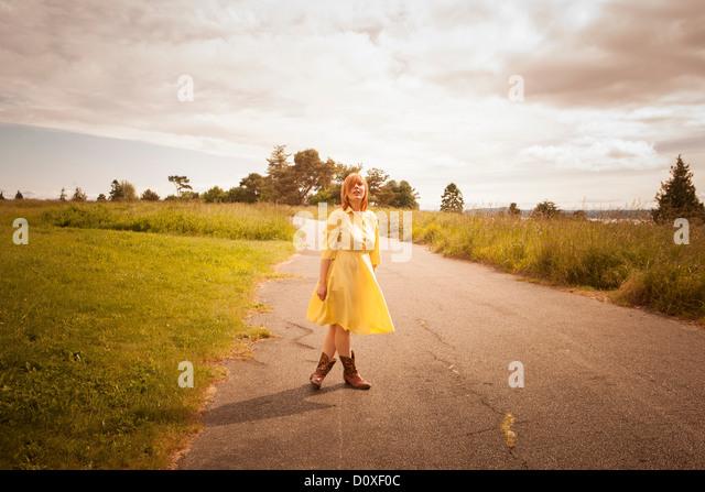 Junge Frau, die auf ländlichen Weg Stockbild
