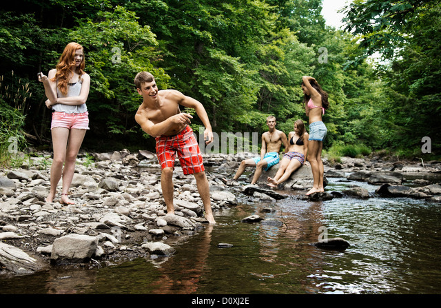 Fünf Freunde spielen Fluss Stockbild