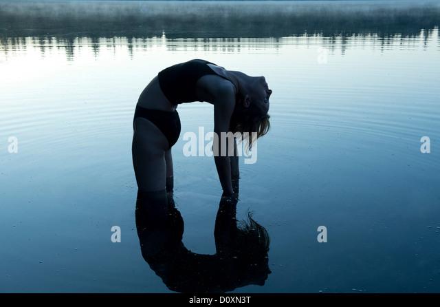 Frau im See nach hinten biegen Stockbild