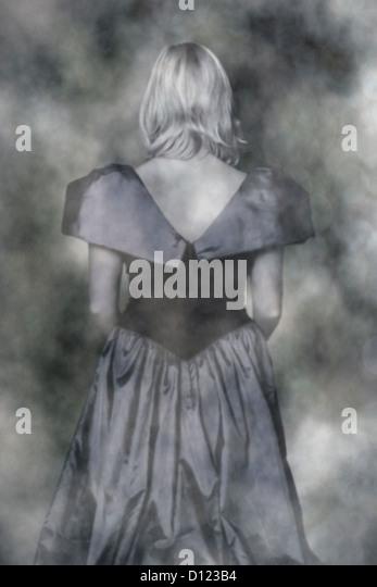 eine vage Foto eines Blone Mädchens in einem eleganten Kleid Stockbild