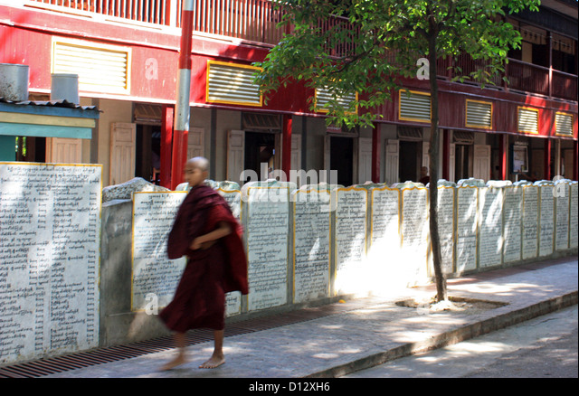 Buddhistische Mönche gehen durch Mahagandhahon Abtei (Amarapura Township) in Mandalay, Myanmar, 25. Oktober Stockbild
