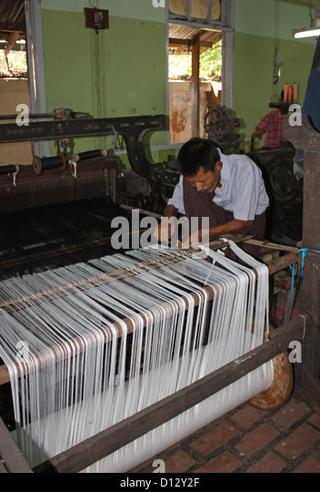 Frauen arbeiten an der Seidenweberei Fabrik in Mandalay (Amarapura Township), Myanmar, 25. Oktober 2012. Foto: Rolf Stockbild
