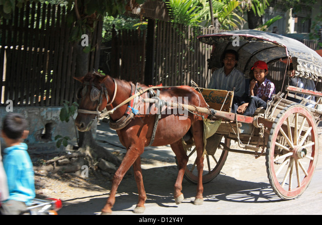 Eine Pferdekutsche ist in Mandalay (Amarapura Township), Myanmar, 25. Oktober 2012 abgebildet. Foto: Rolf Zimmermann Stockbild