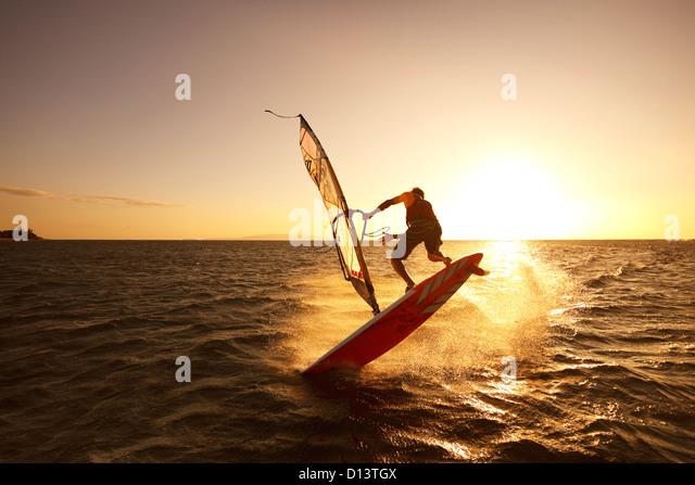 Hawaii, Maui, Kihei, Windsurfer aus der Küste South Maui bei Sonnenuntergang segeln Stockbild