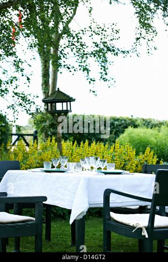 Gedeckter Tisch im Hinterhof Stockbild
