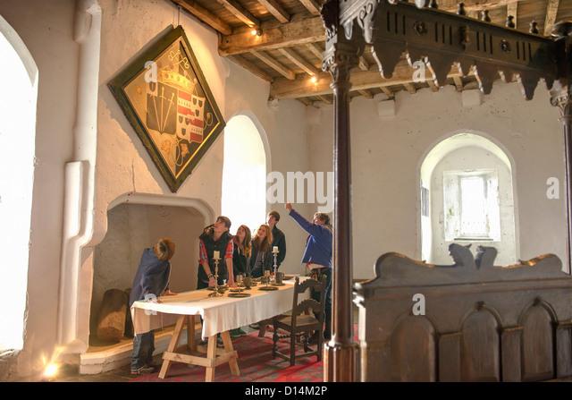 Schüler untersuchen mittelalterliche Wandteppich Stockbild