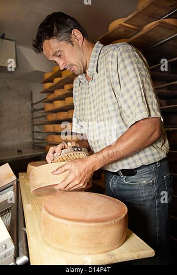 Arbeiter, die Veredelung Rad der Käse im shop Stockbild