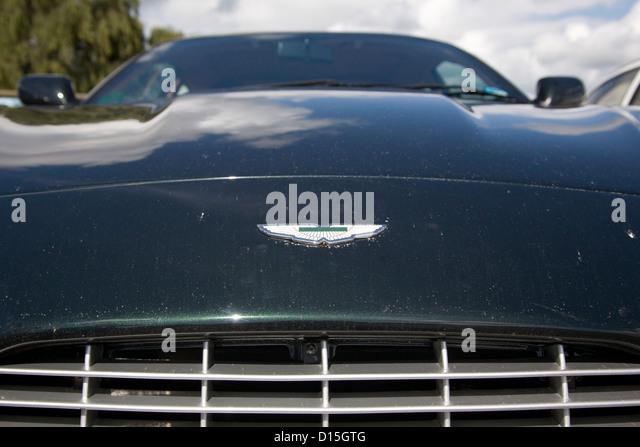 Das vordere Abzeichen ein Aston Martin Supersportwagen. Stockbild