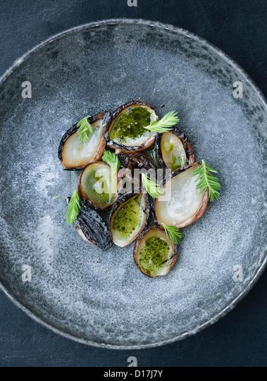Schüssel mit Austern mit Kräutern Stockbild