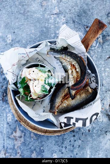 Schüssel mit geräuchertem Fisch mit Salat Stockbild