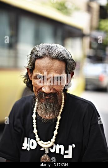 Mann trägt Graphic T-shirt in Stadt Stockbild