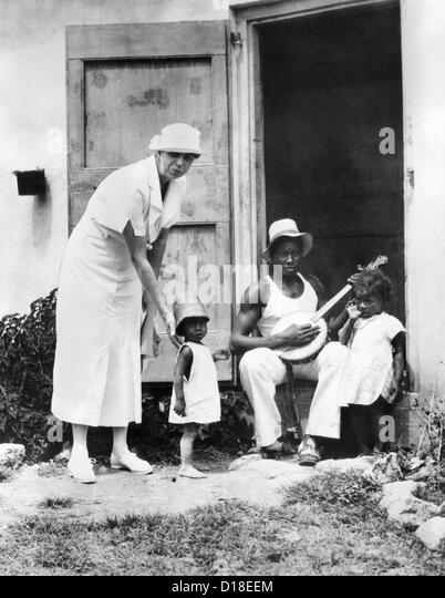 First Lady Eleanor Roosevelt im Chat mit der Familie Winn, Christiansted, St. Croix. Sie leben in öffentliche Stockbild