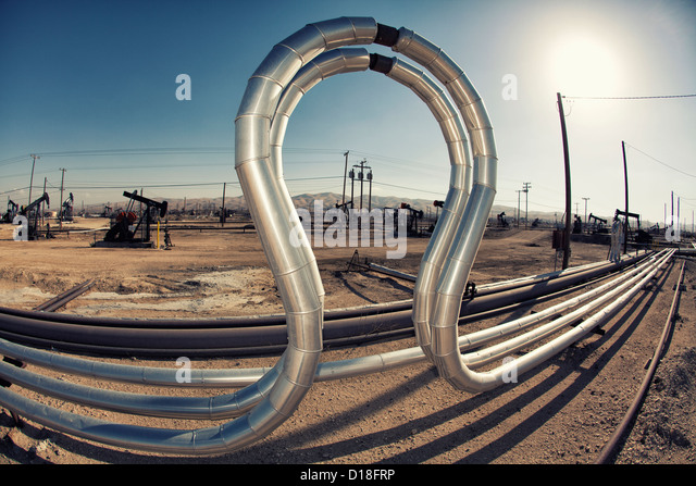 Gebogene Rohre im Ölfeld Stockbild