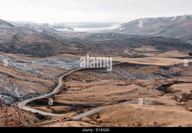 Gekrümmte Straße in ländlichen Landschaft Stockbild