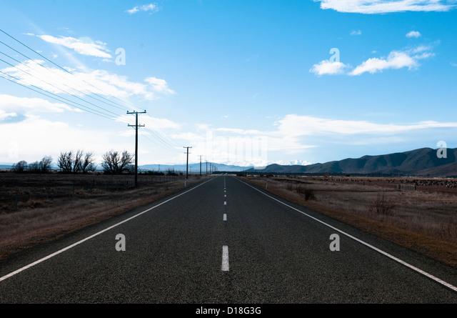 Asphaltierte Straße in ländlichen Landschaft Stockbild