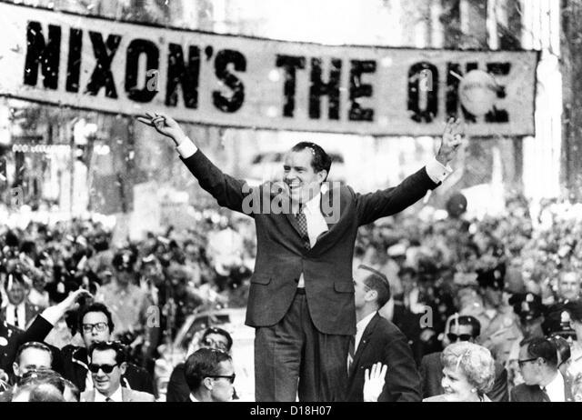 """Richard Nixon, liefert ihm das """"V"""" um den Sieg zu unterzeichnen. Eine geschätzte 300.000 gesäumten Stockbild"""